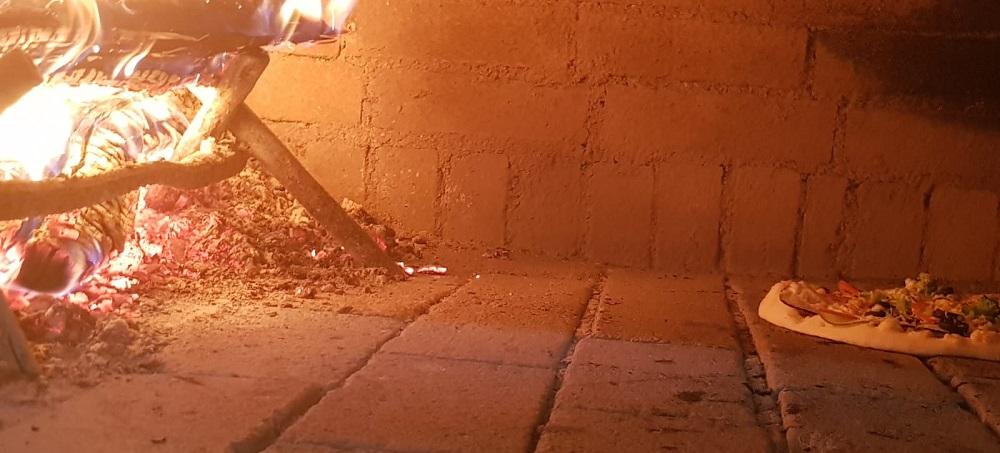 Pizza Sibiu coapta pe vatra in cuptor cu lemne