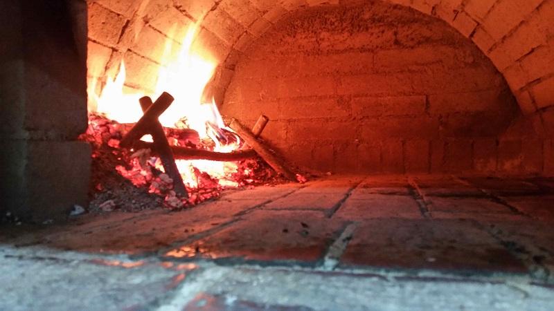 Pizza pe vatra - cuptor cu lemne
